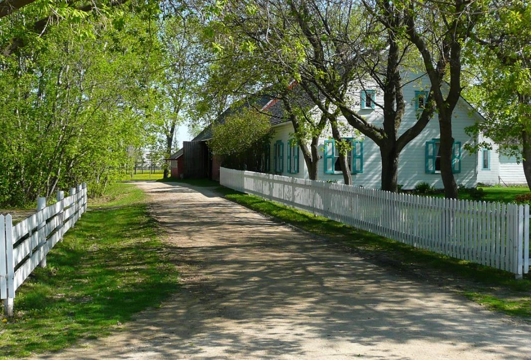 bílý plot