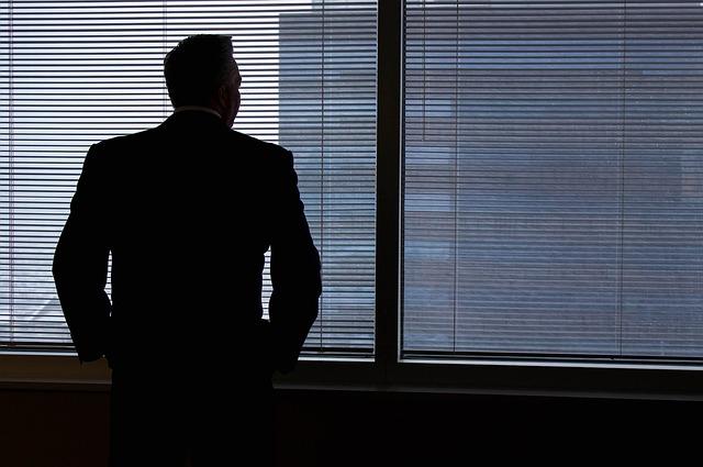 businessman u okna kanceláře