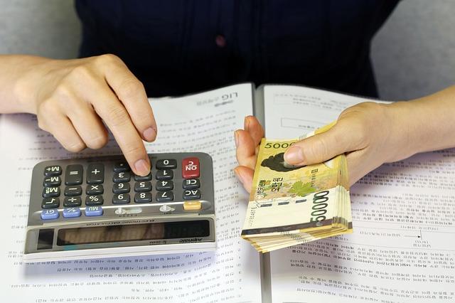 počítat peníze, kalkulačka, bankovky