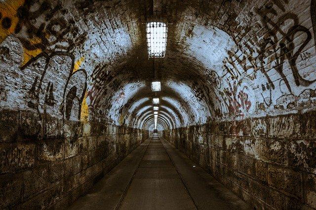 tunel osvětlený zářivkami