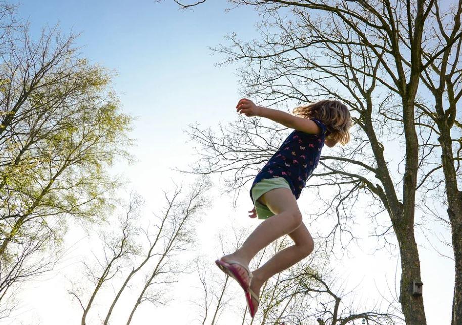 Skákání na zabezpečených trampolínách je bezpečné